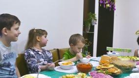 De jonge geitjes eten stock footage