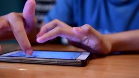 De jonge geitjes gebruiken een slimme telefoon stock videobeelden