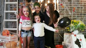 De jonge geitjes gillen, kinderen die pret hebben bij Halloween-partij, maskerade bij al heiligendag, truc of behandelen stock video