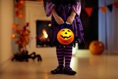 De jonge geitjes in heksenkostuum op Halloween-truc of behandelen stock afbeeldingen