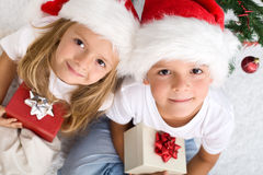 De jonge geitjes met hun Kerstmis stelt voorstelt voor Stock Fotografie