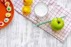 De jonge geitjes ontbijten met grappige sandwiches, melk en vruchten op lichte houten lijst hoogste mening als achtergrond copysp Stock Foto's