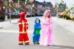 De jonge geitjes op Halloween-truc of behandelen royalty-vrije stock fotografie