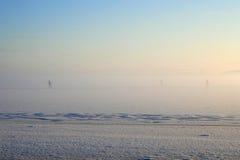 De jonge geitjes skiån op het bevroren meer Stock Afbeelding