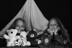 De jonge geitjes spelen Kinderen en het concept van de prettijd: PJspartij met sleepover Royalty-vrije Stock Foto's