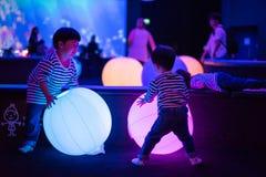 De jonge geitjes spelen kleurrijke lichte ballen Royalty-vrije Stock Fotografie
