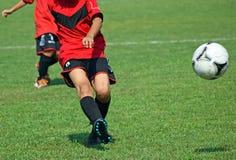 De jonge geitjes spelen voetbal stock afbeeldingen