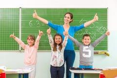 De jonge geitjes tonen op de school: de koele school Royalty-vrije Stock Foto's