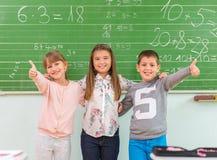 De jonge geitjes tonen op de school: de koele school Stock Fotografie