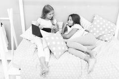 De jonge geitjes treffen naar bed gaan voorbereidingen Prettige tijd comfortabele slaapkamer Leuke pyjama's van het meisjes ontsp stock fotografie