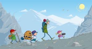 De jonge geitjes van de Backpackingstoerist gaan door het bergenbeeldverhaal Stock Foto