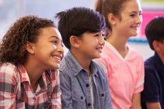 De jonge geitjes van de pre-tiener basisschool in een les stock afbeelding