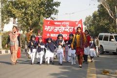De jonge geitjes van de school in een sikh godsdienstige optocht Royalty-vrije Stock Afbeelding