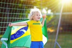De jonge geitjes van de de voetbalventilator van Brazilië De kinderen spelen voetbal royalty-vrije stock fotografie