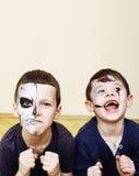 De jonge geitjesconcept van de zombieapocalyps De viering van de verjaardagspartij facep Royalty-vrije Stock Fotografie