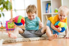 De jonge geitjesjongens spelen met bal binnen Royalty-vrije Stock Afbeelding