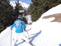 De jonge geitjesmanoeuvre van de skischool op een ijzige weg Stock Foto's