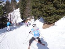 De jonge geitjesmanoeuvre van de skischool op een ijzige weg Stock Foto