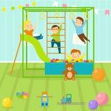 De jonge geitjesspeelkamer met de lichte speelplaats van het meubilairdecor en het speelgoed op de vloer bekleden het verfraaien  Stock Afbeeldingen