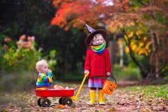De jonge geitjestruc of behandelt in Halloween Royalty-vrije Stock Afbeelding