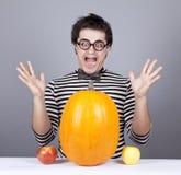 De jonge gekke mensen proberen om appelen en pompoen te eten. royalty-vrije stock foto