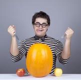 De jonge gekke mensen proberen om appelen en pompoen te eten. Stock Fotografie