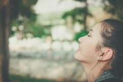 De jonge gelukkige glimlach van het vrouwengezicht met gom in aard neemt een diepe adem voelend vers gomt achteruitgaand probleem stock foto