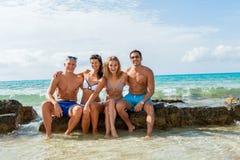 De jonge gelukkige pret van vriendenhavin op het strand stock fotografie