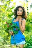 De jonge gelukkige vrouw die groot boeket van de lente houden bloeit in openlucht stock foto's