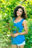De jonge gelukkige vrouw die groot boeket van de lente houden bloeit in openlucht stock fotografie