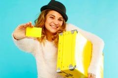 De jonge gelukkige vrouw die lege creditcard in één hand houden en schreeuwt Stock Afbeeldingen
