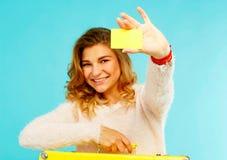 De jonge gelukkige vrouw die lege creditcard in één hand houden en schreeuwt Stock Foto