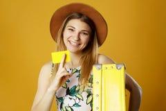 De jonge gelukkige vrouw die lege creditcard in één hand houden en schreeuwt royalty-vrije stock foto's