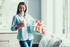 De jonge Gelukkige Vrouw houdt thuis Schoonmakend Materiaal royalty-vrije stock foto's