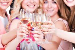 De jonge gelukkige vrouwen hebben partij royalty-vrije stock foto