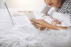 De jonge gelukvrouw op slaapkamer in het genieten van luistert muziekwi stock afbeeldingen
