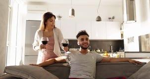 De jonge Gemengde Ochtend van het Raspaar, brengt de Gelukkige Asain-Vrouw Wijnglazen aan Spaanse Man Zittingsbus Drinking Togeth stock video