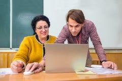 De jonge generatie instrueert leraren, oudere mensen Multigeneratie commercieel forum Het concept van het onderwijs Nieuwe genera stock afbeelding