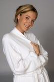 De jonge Gesloten Badjas van de Holding van de Vrouw van de Blonde Royalty-vrije Stock Afbeeldingen