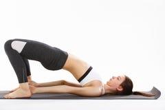 De jonge gesteunde yoga van de vrouwenoefening headstand Royalty-vrije Stock Afbeelding