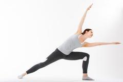 De jonge gesteunde yoga van de vrouwenoefening headstand Stock Afbeeldingen