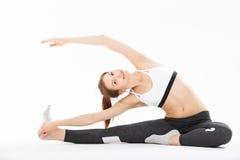 De jonge gesteunde yoga van de vrouwenoefening headstand Stock Foto's