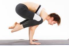 De jonge gesteunde yoga van de vrouwenoefening headstand Royalty-vrije Stock Foto