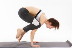 De jonge gesteunde yoga van de vrouwenoefening headstand Royalty-vrije Stock Fotografie