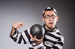 De jonge gevangene in kettingen tegen grijs royalty-vrije stock foto's