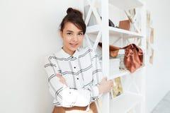 De jonge glimlachende ontwerper die van de vrouwenmanier zich bij haar studio bevinden Royalty-vrije Stock Afbeelding