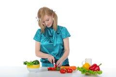 De jonge glimlachende vrouw bereidt ontbijt voor   Royalty-vrije Stock Fotografie