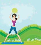 De jonge glimlachende vrouw maakt oefening met fitball Royalty-vrije Stock Fotografie