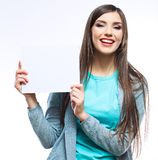 De jonge glimlachende vrouw toont lege kaart Stock Foto