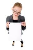 De jonge glimlachende vrouw toont lege kaart. Royalty-vrije Stock Foto